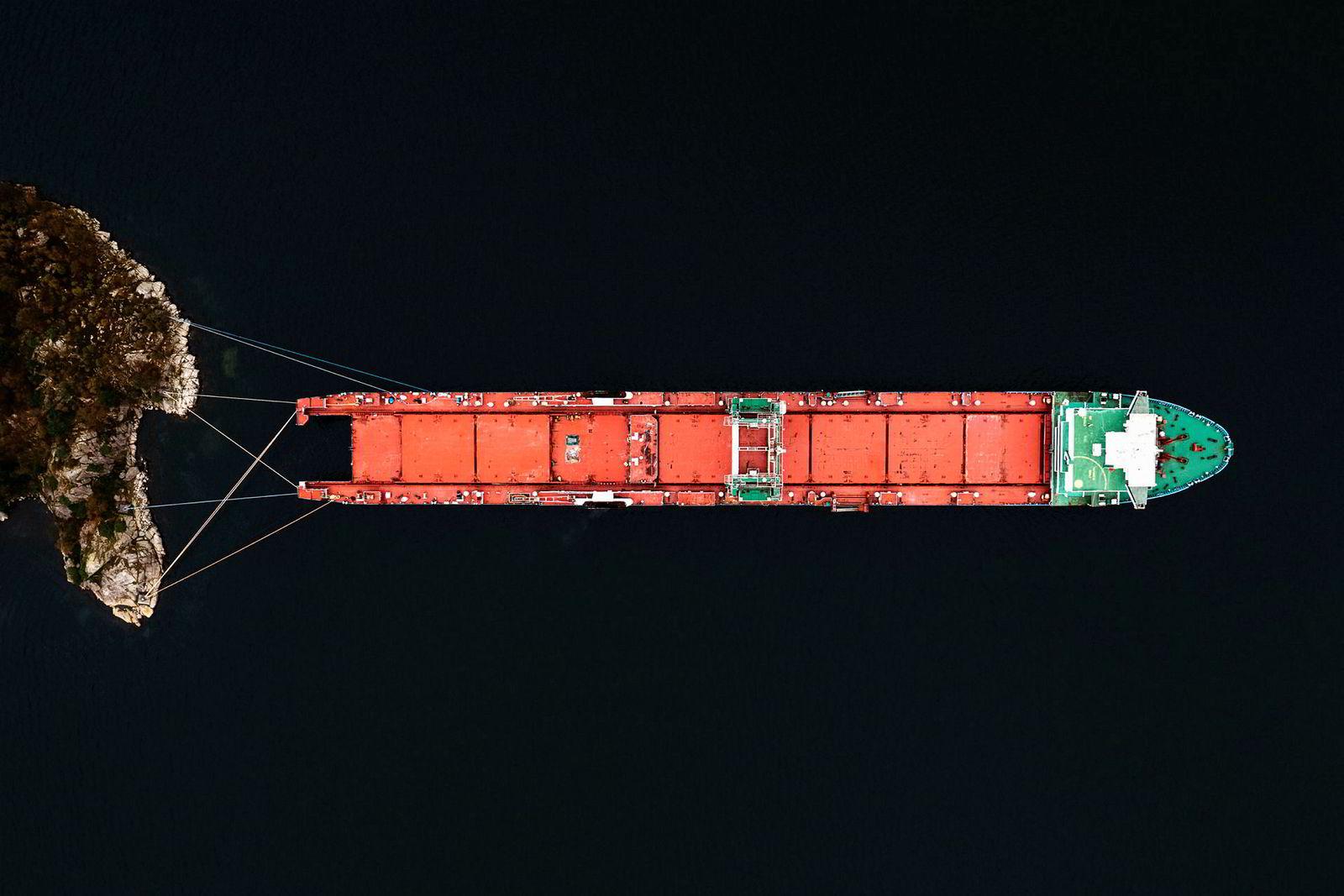 Sørlandsbyen Farsund er foreløpig siste stoppested for det 300 meter lange lasteskipet Harrier. Etter en dramatisk redningsaksjon utenfor kysten av Jæren i vinter, da skipet havarerte etter motorstopp, ble et mannskap på 21 indere og én russer reddet i land med helikopter. Siden har problemene hopet seg opp. Norske myndigheter mente skipet var på vei til Pakistan for å bli hugget opp og tok derfor båten i arrest.
