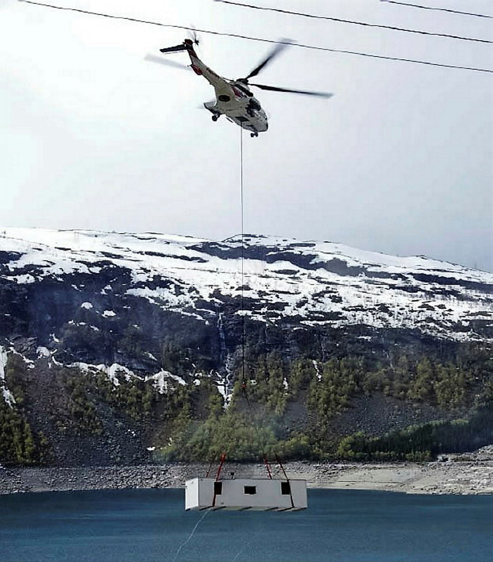Utbyggere av tele- og kraftinstallasjoner har ofte spesielle behov. Her gjøres helikopterløft med en av brakkene fra Letthus.