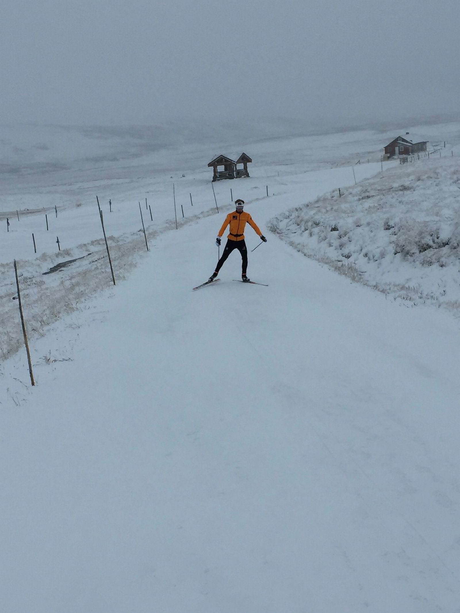 Tidlig skiføre i Sør-Norge. Filip Fjeld Andersen, lovende skiløper på Geilo, skøyter i de første løypene som ble pakket i fjellet over skidestinasjonen sist helg.