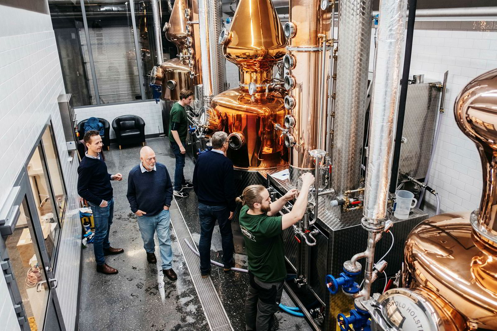 Fra v. Jone Ellingsen, Frank McHardy, Ben Murphy, Harald Berentsen og Fred Berentsen. Destilleriet i Egersund skal også lage gin og akevitt.