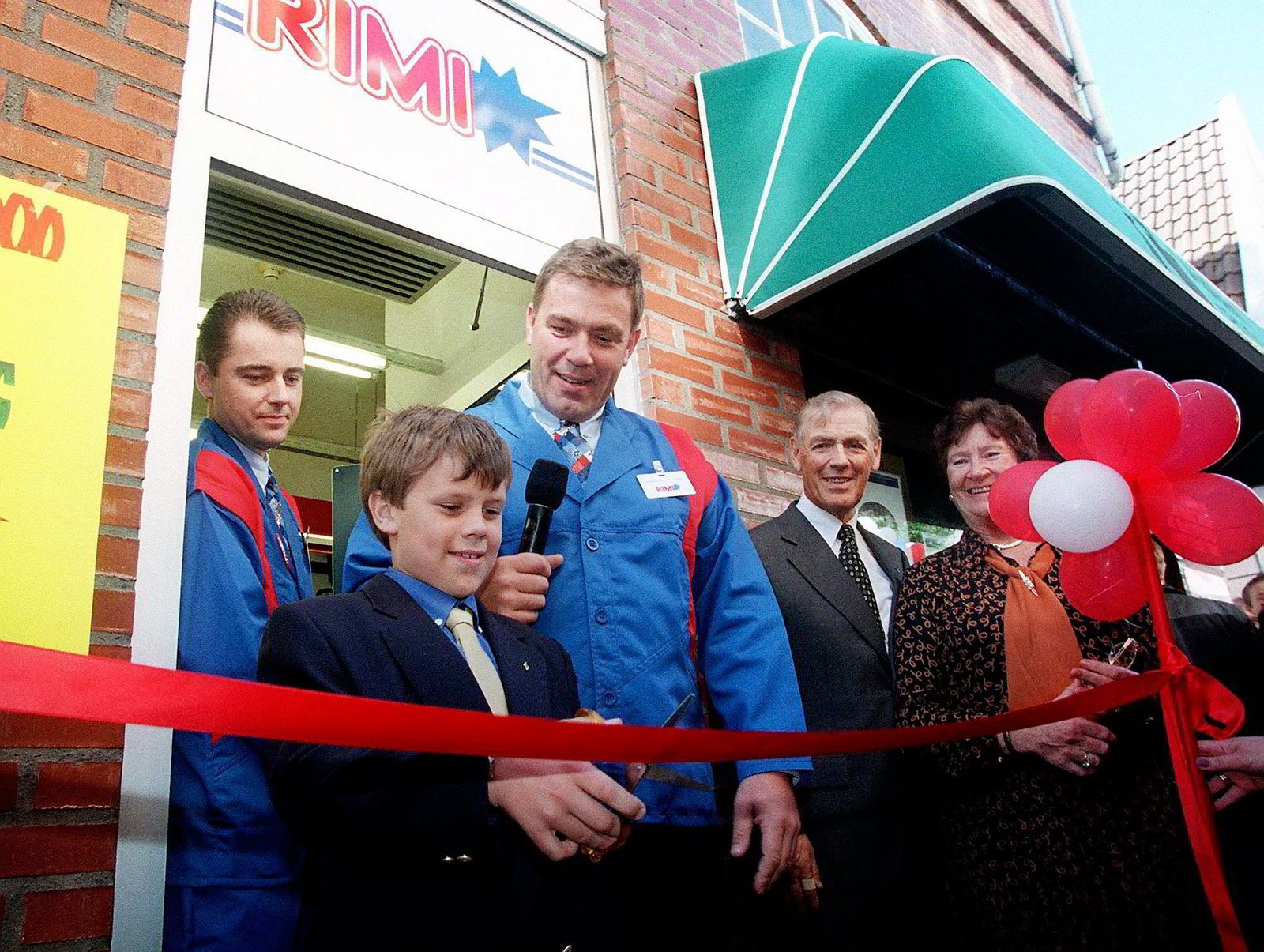 Stein Erik Hagen lot sønnen Carl Erik (da ni år) klippe snoren da Rimi-butikk nummer 500 ble åpnet i Bergen i 1998. Foto: Marit Hommedal/