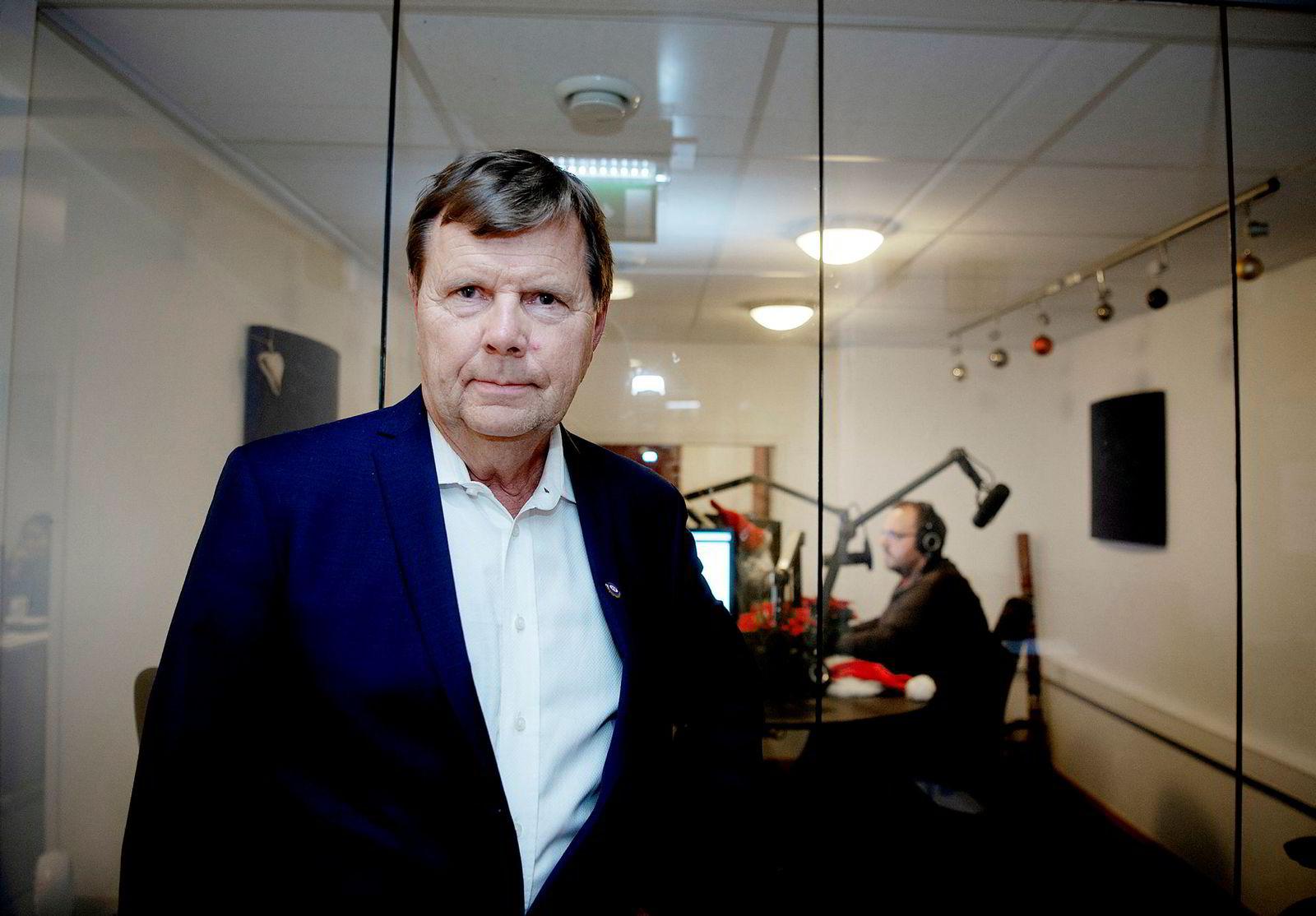 Svein Larsen er en veteran i radiobransjen og har også en lang politisk karriere i Arbeiderpartiet bak seg. Bak sitter programleder Ronny Bergesen.