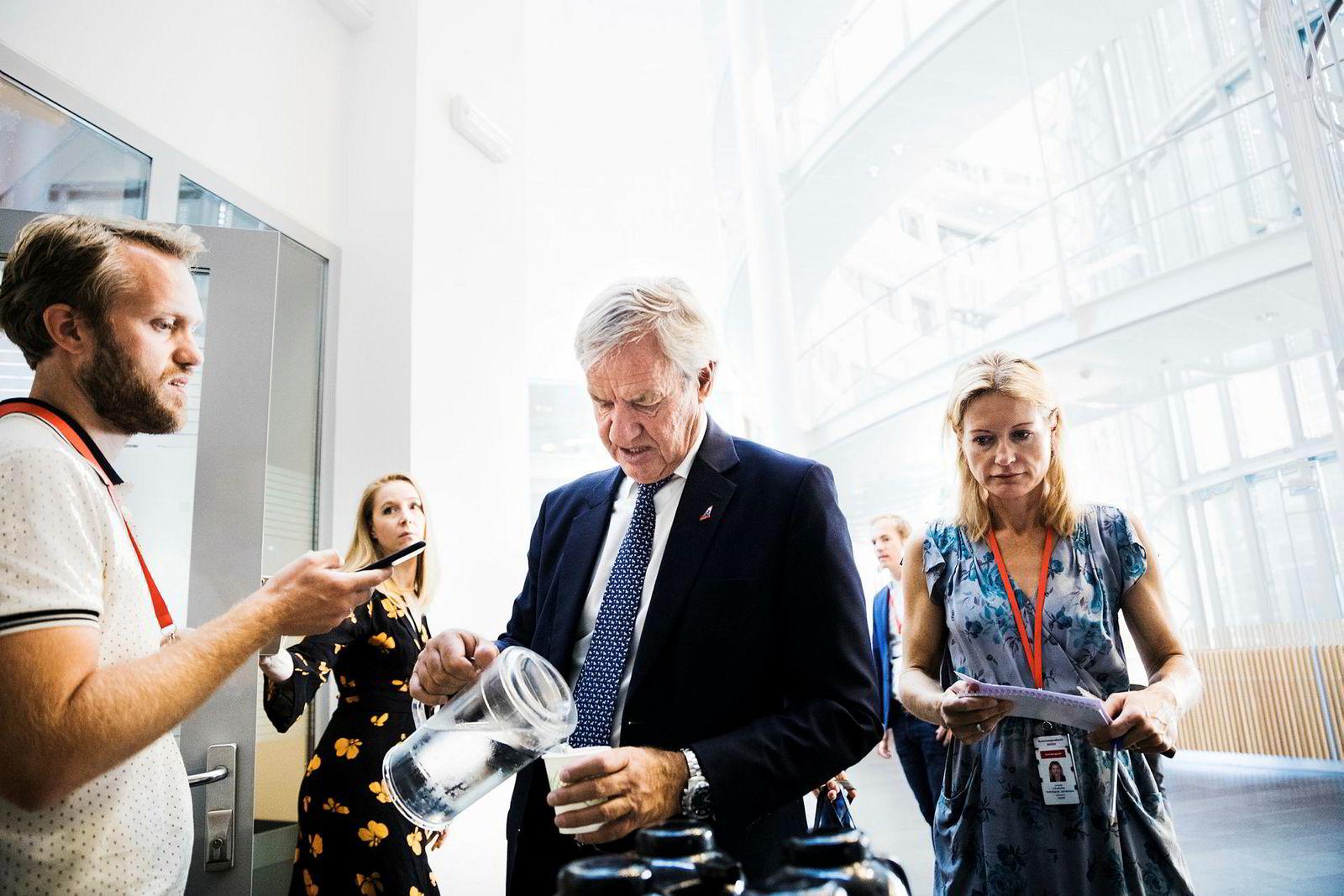 Norwegian-sjef Bjørn Kjos har i flere år bedt om Regjeringens hjelp til å få fly østover mot Kina, men konkurrenten SAS har fortsatt enerett.