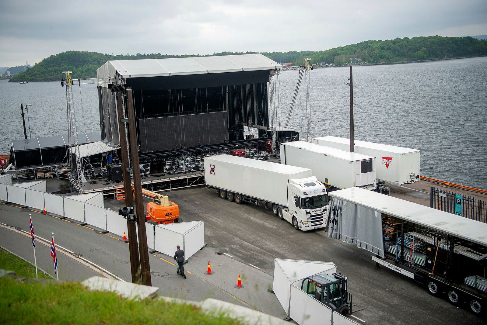 Viking Cruises har avlyst skipsdåpen, men likevel rigges det til konsert på Søndre Akershuskai nedenfor festningen.