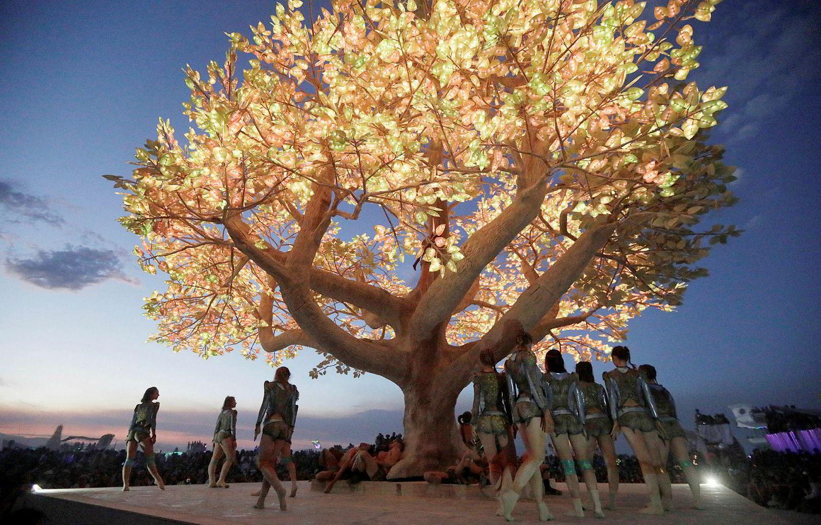 Slik fremsto treet under Burning Man-festivalen 2017, der det var en av de store kunstinstallasjonene.