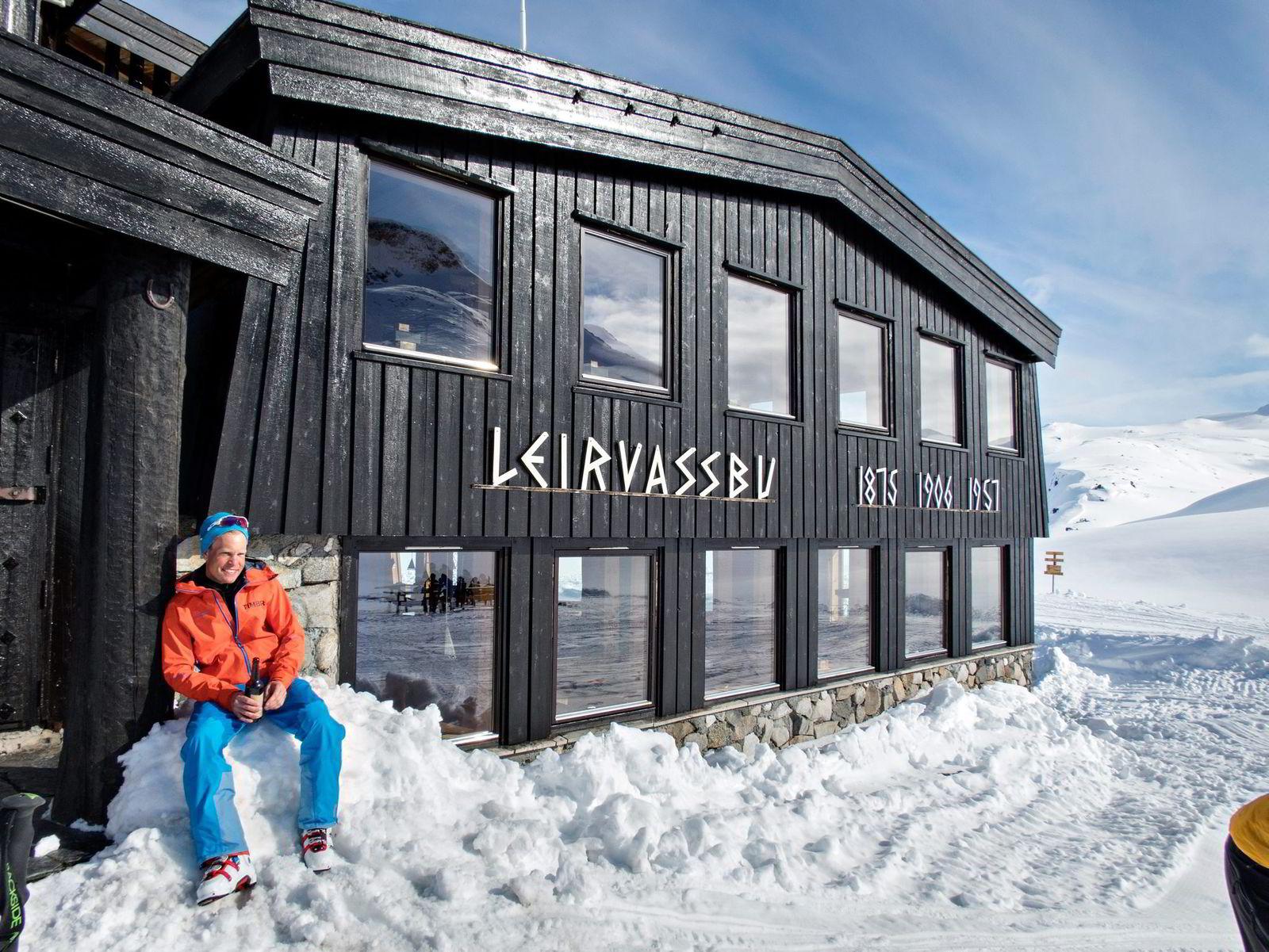 Andreas Stø slapper av i solveggen på Leirvassbu etter etappen fra Spiterstulen.