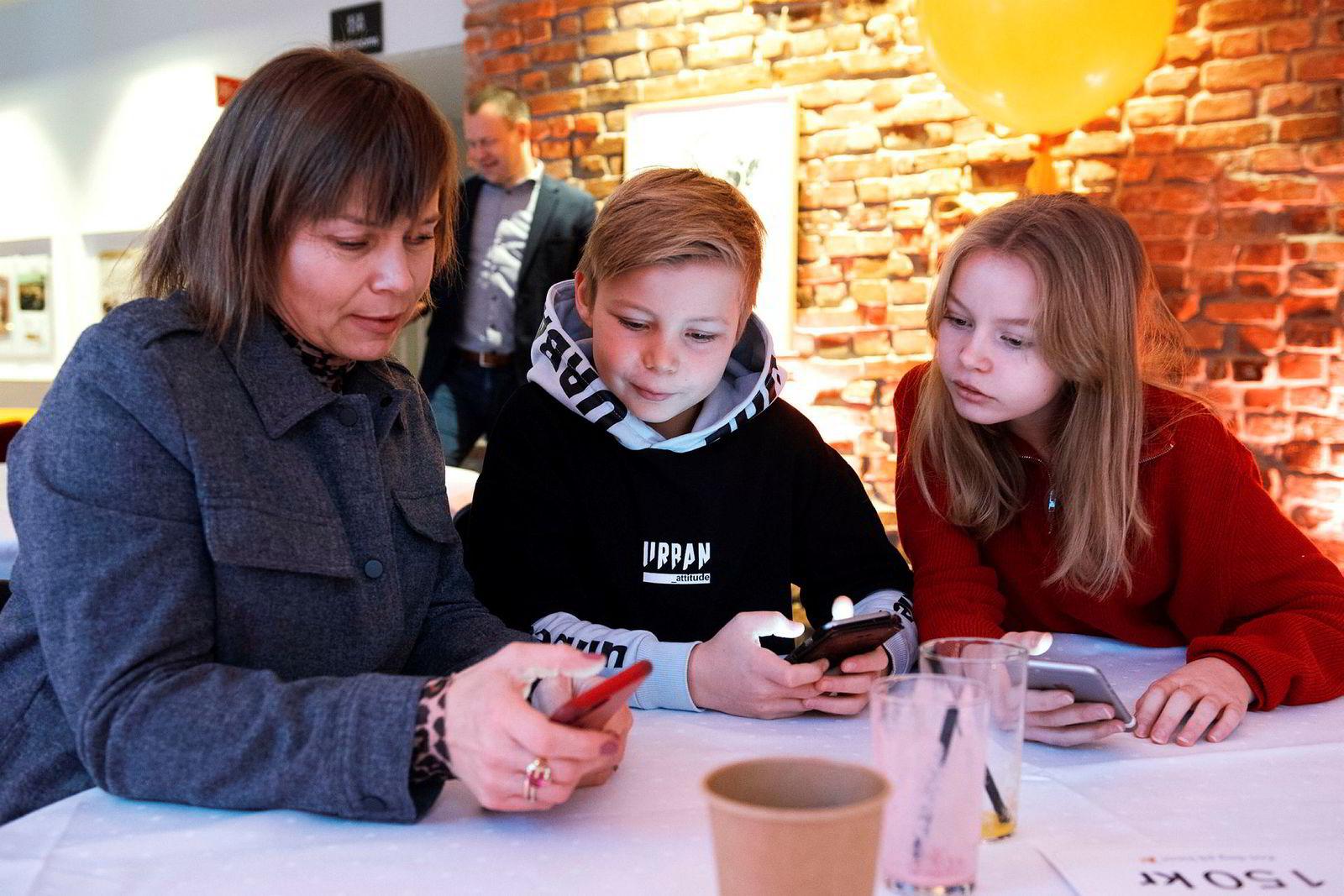 Ingebjørg Øra sammen med sin datter Lila Pauline Fageraas (13år) og sønn Leonard Fageraas (11år) har testet ut Vipps de siste ukene. De har vært nummer en og to som har fått Vipps for de under 15 år.