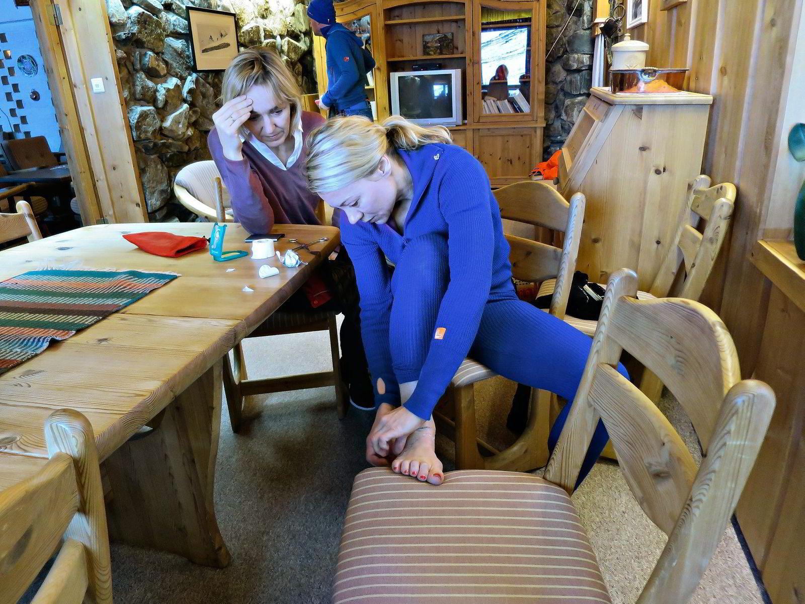 Siv Sviland Høye hjelper Heidi Niss med gnagsårplaster før dagens tur.
