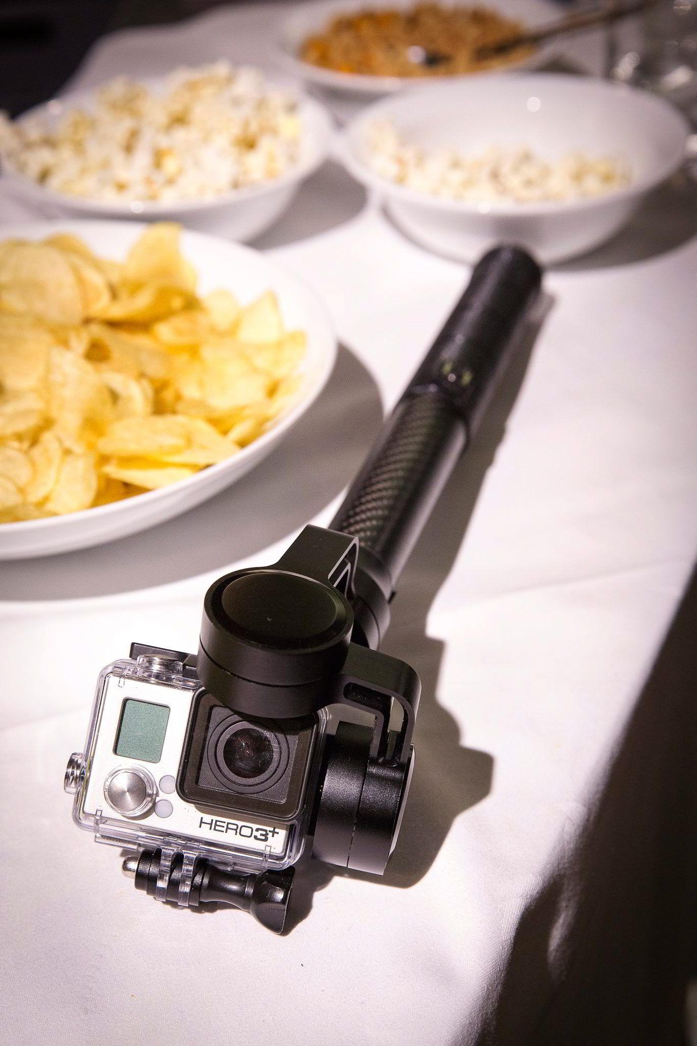 FlowMotion lager en stabilisator for kameraer som GoPro. Her liggende blant potetgull og popcorn på bakrommet før presentasjonen.