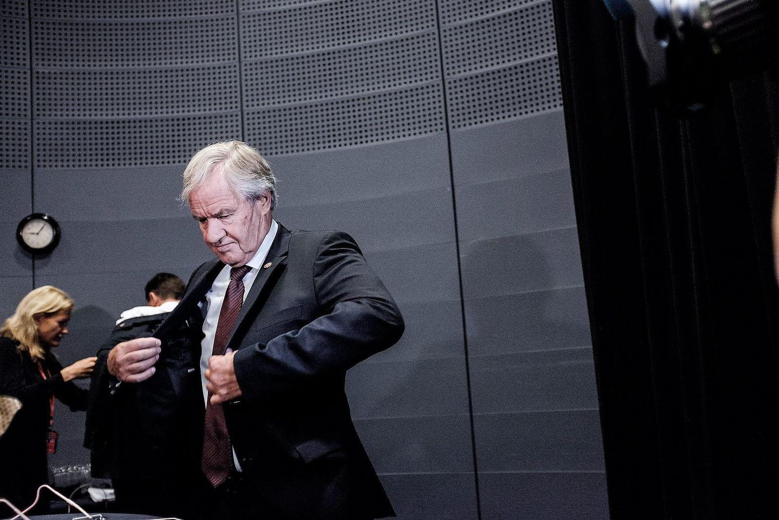 Bjørn Kjos, konsernsjef i Norwegian, venter langt på overtid på en godkjennelse fra USA for å bruke langdistanseflyet Boeing 787 Dreamliner gjennom et irsk datterselskap.