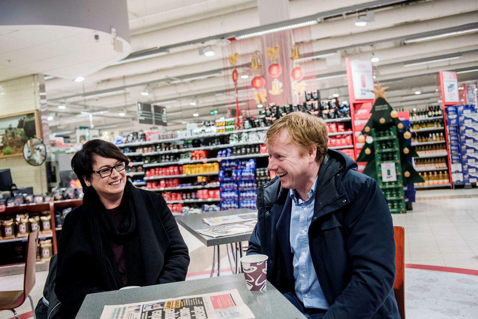 Fra venstre: Trine Sandberg, som står bak Trines matblogg og Meny-sjef Vegard Kjuus fotografert i forbindelse med deres samarbeid, som gjør at Sandbergs blogglesere kan få varene til oppskriftene brakt hjem fra Meny.