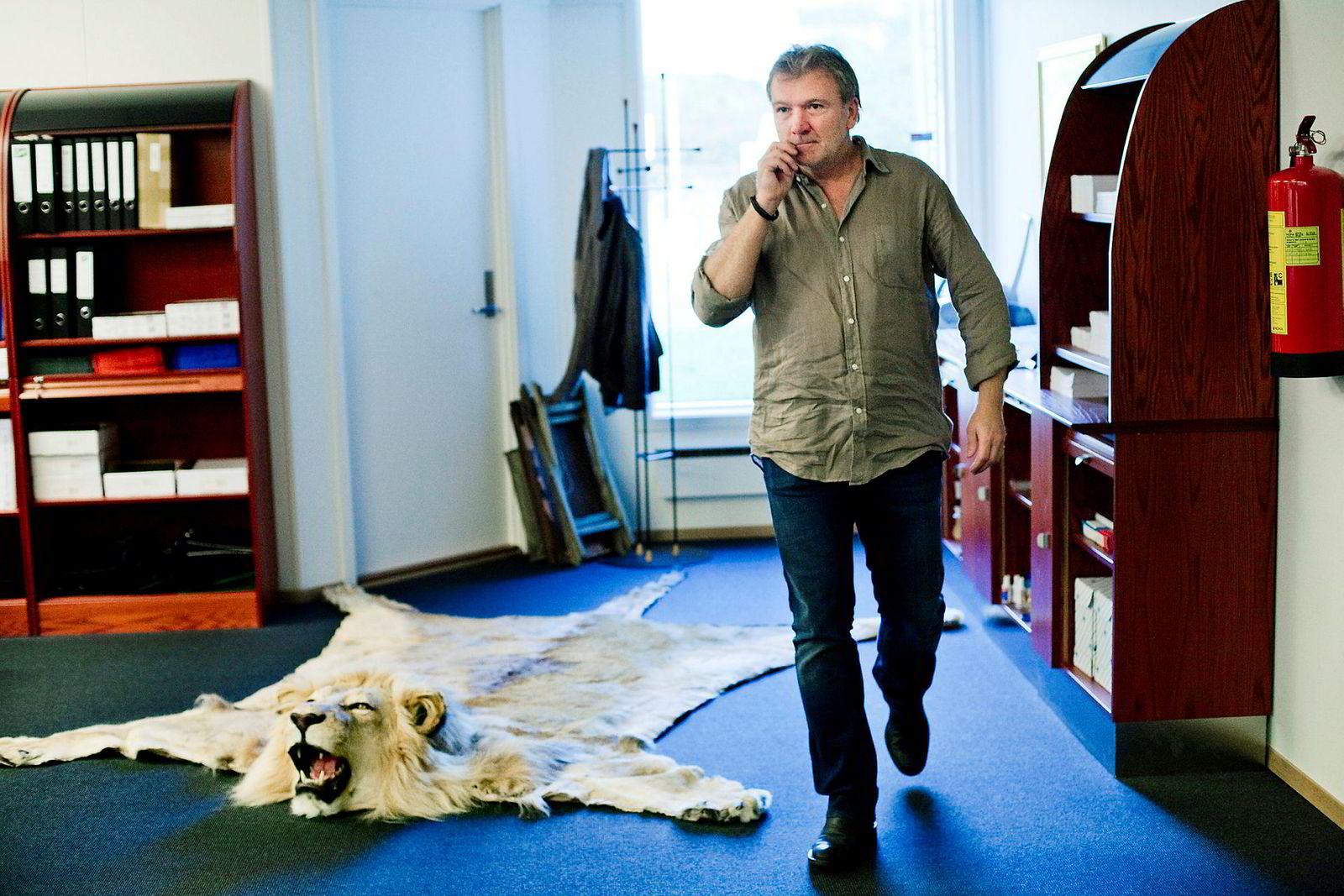 Da DN var på besøk på Øivind Tidemandsens kontor i 2011, lå det en løvefell på gulvet. Den hadde han skutt selv, men tok så mye plass at han ikke kunne ha den hjemme. I 2018 importerte han en ny løve.