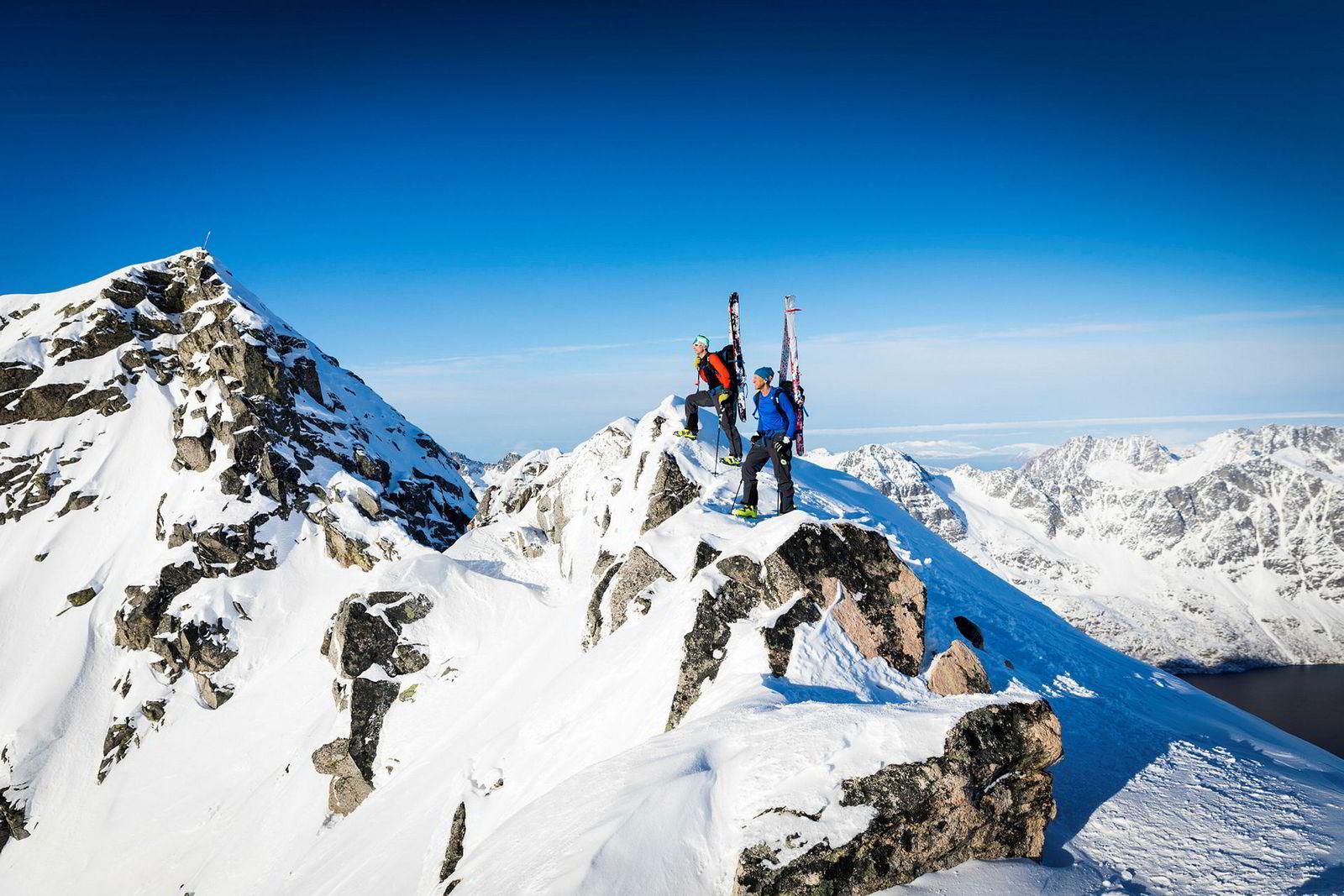 På toppen av det populære fjellet Skitntinden skimter Espen Nordahl (til høyre) og Torben Rognmo åpent hav. 1000 meter lenger nede bukter fjordarmen seg innover mellom fjellene.