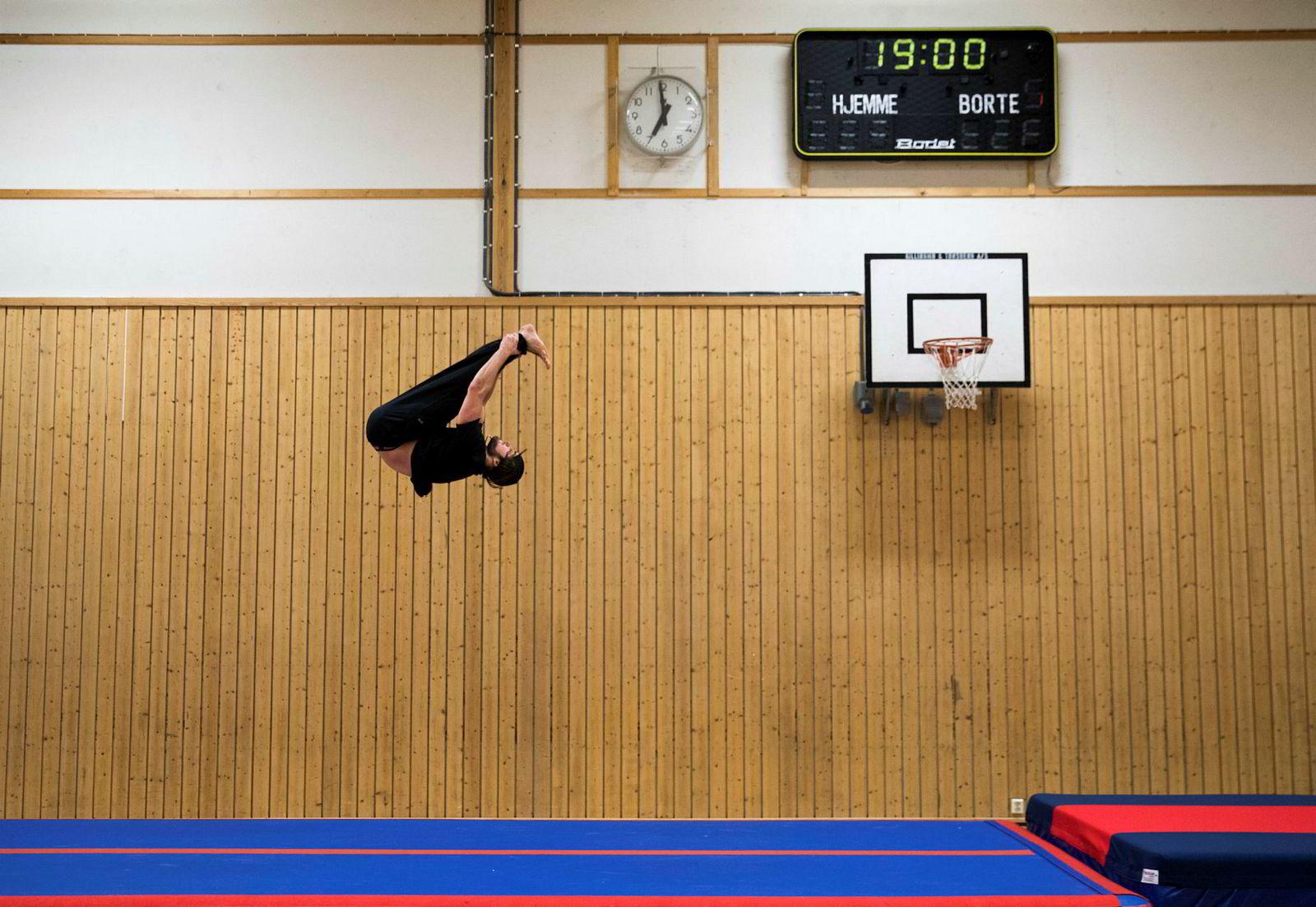 Dennis Risvoll trener akrobatikk i gymsalen på kulturhuset i Vågå. Vanligvis trener han en gruppe barn i turn, men denne kvelden er det juleferie.