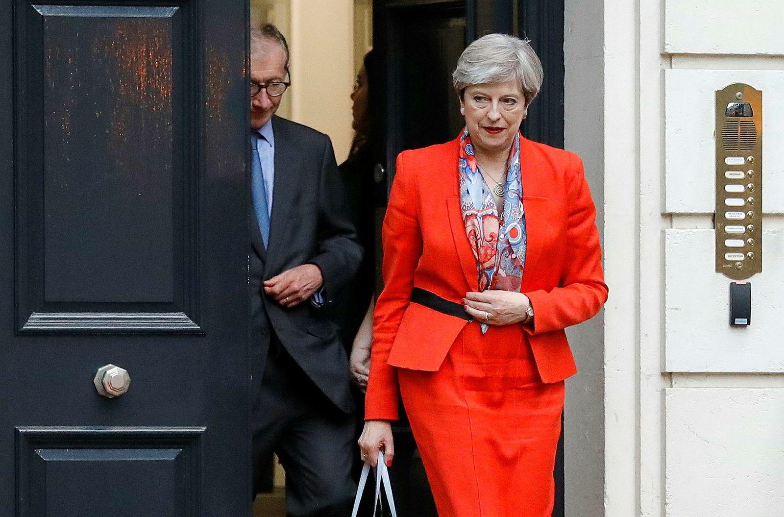 Britenes statsminister Theresa May forlater De konservatives hovedkvarter i London fredag. Hun innkalte til nyvalg for å styrke posisjonen til partiet hennes i parlamentet. Nå ender det i stedet med at De konservative mister flertallet sitt.