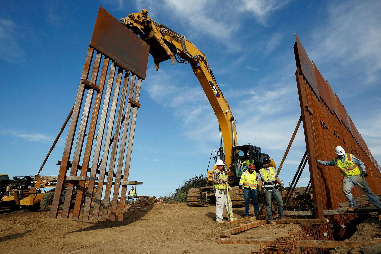 Bygging av grensesperringer pågår enkelte steder, som her på grensen mellom Tijuana og San Diego i California. President Donald Trump sier nå at han kan gå med på et grensegjerde av amerikansk stål i stedet for en betongmur.