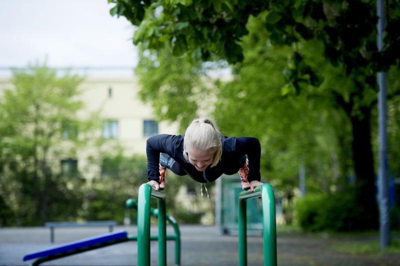 PUSH UP: PT Hedvig Bang utfører en tyngre variant av armheving.