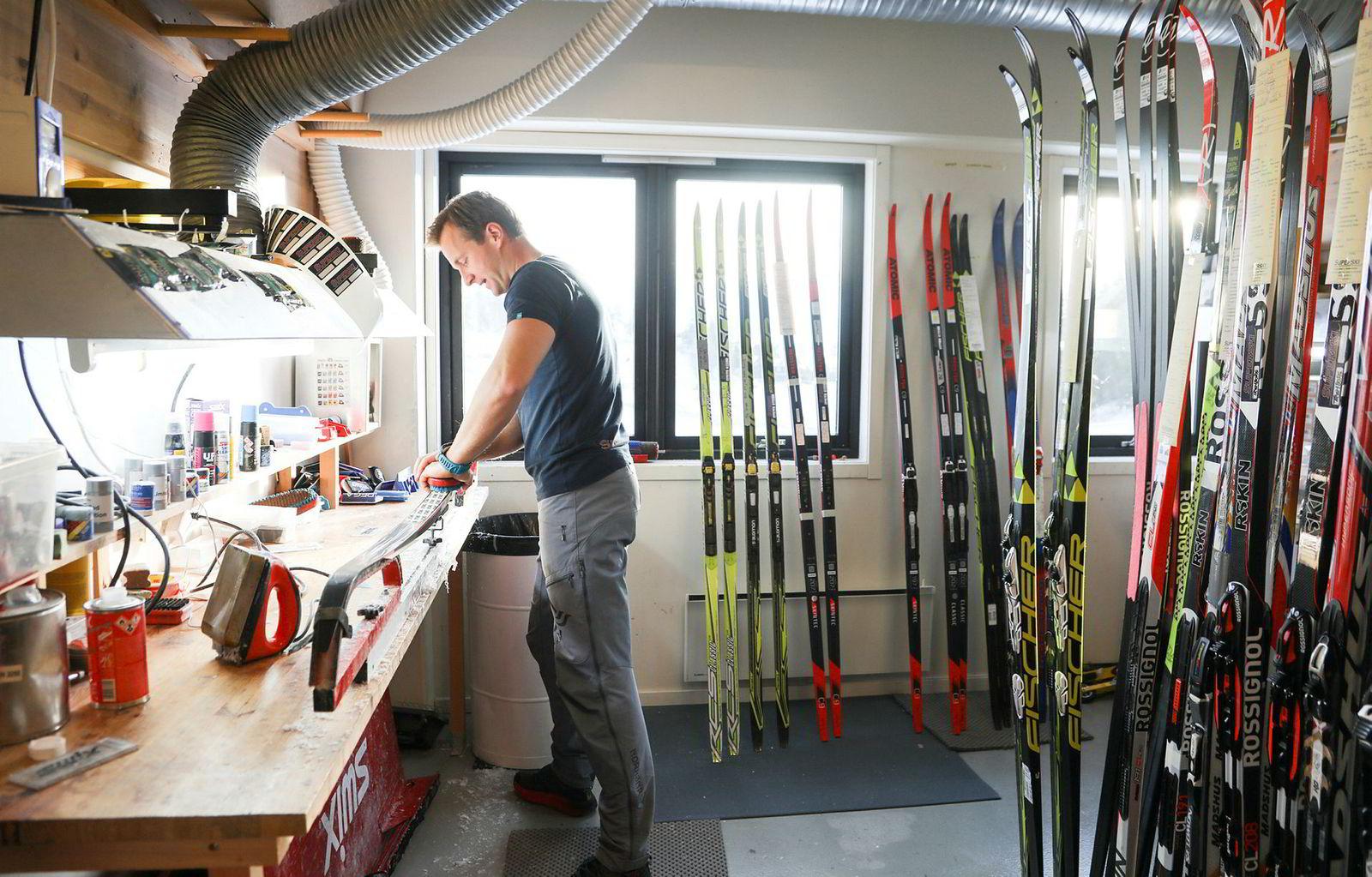Daglig leder Joakim Levorsen i Superski gjør siste finish på et par ski. De har merket nedturen i turrennene, men har opplevd klar omsetningsvekst som en nyere butikk i bransjen. I butikken i Holmenkollen selger de 70–80 prosent racingski. Når de jobber mot bedrifter er det 70–80 prosent felleski som selges.