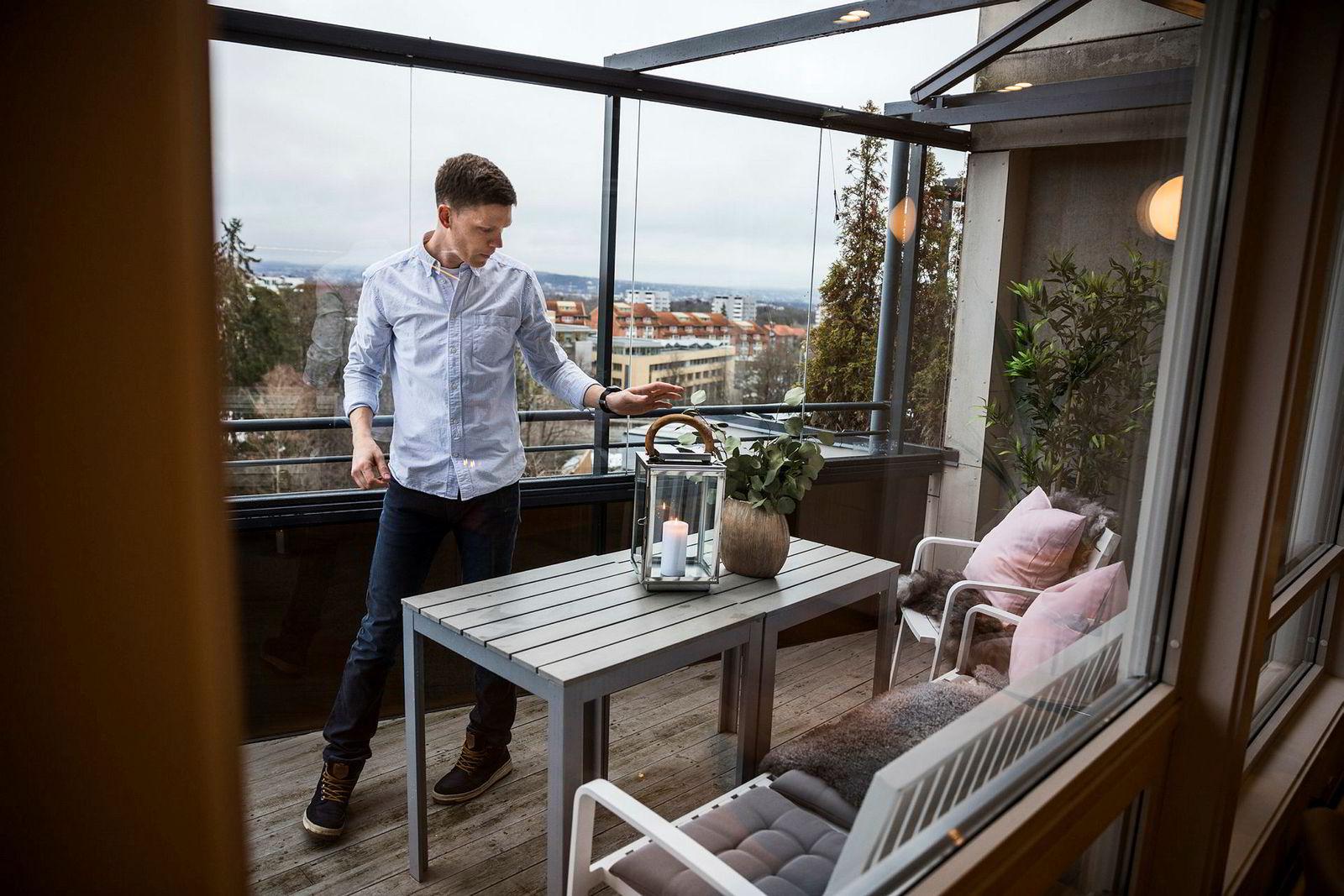 Martin Paulson gjør en siste puss på terrassen før eiendomsmegleren kommer og visningen kan starte.