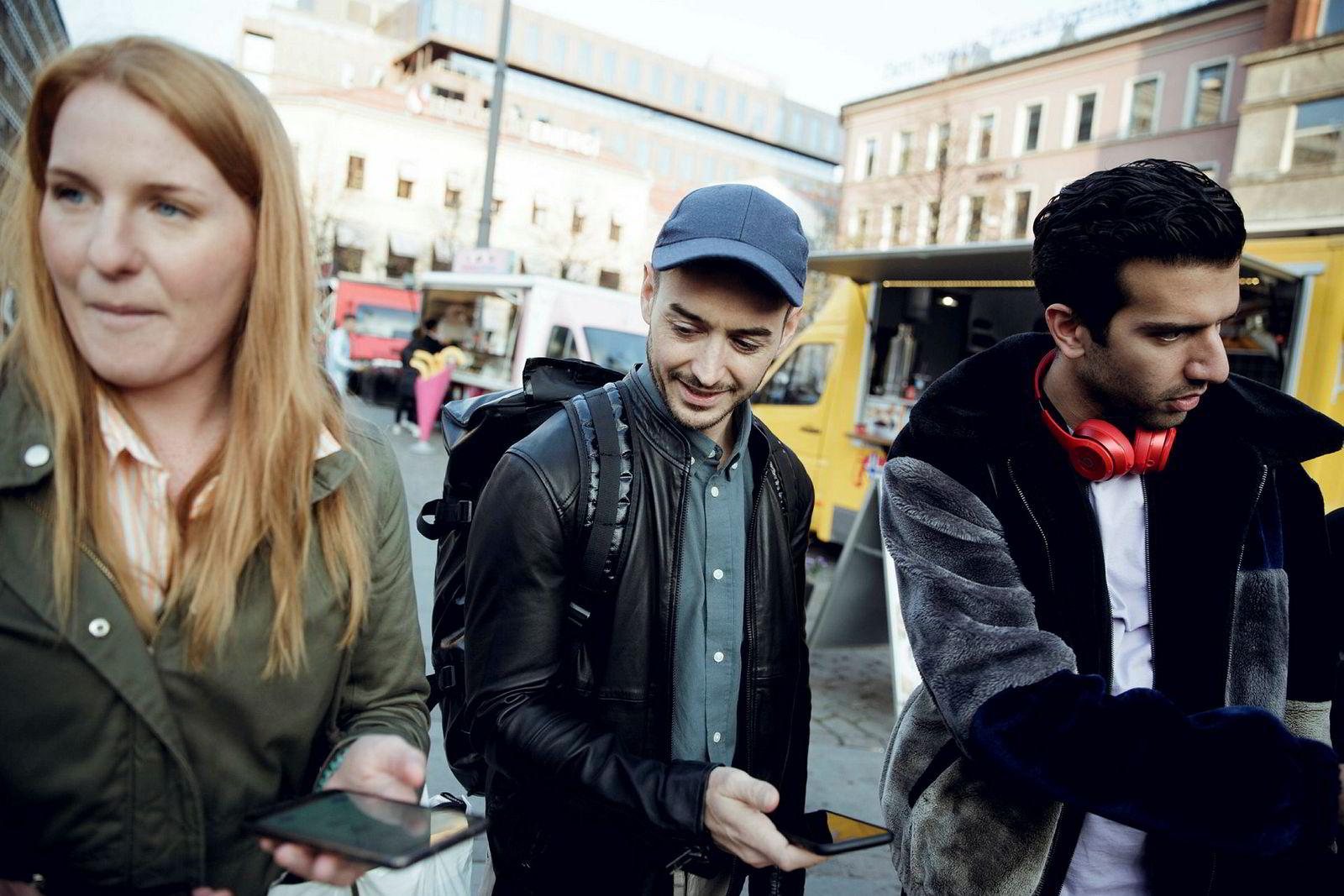 Cecilia Cocos (fra venstre), Petter C. Røhr Ewart og Damon Taheri møtes nesten daglig på Youngstorget for å bytte «artefakter» i Red Bull-spillet.