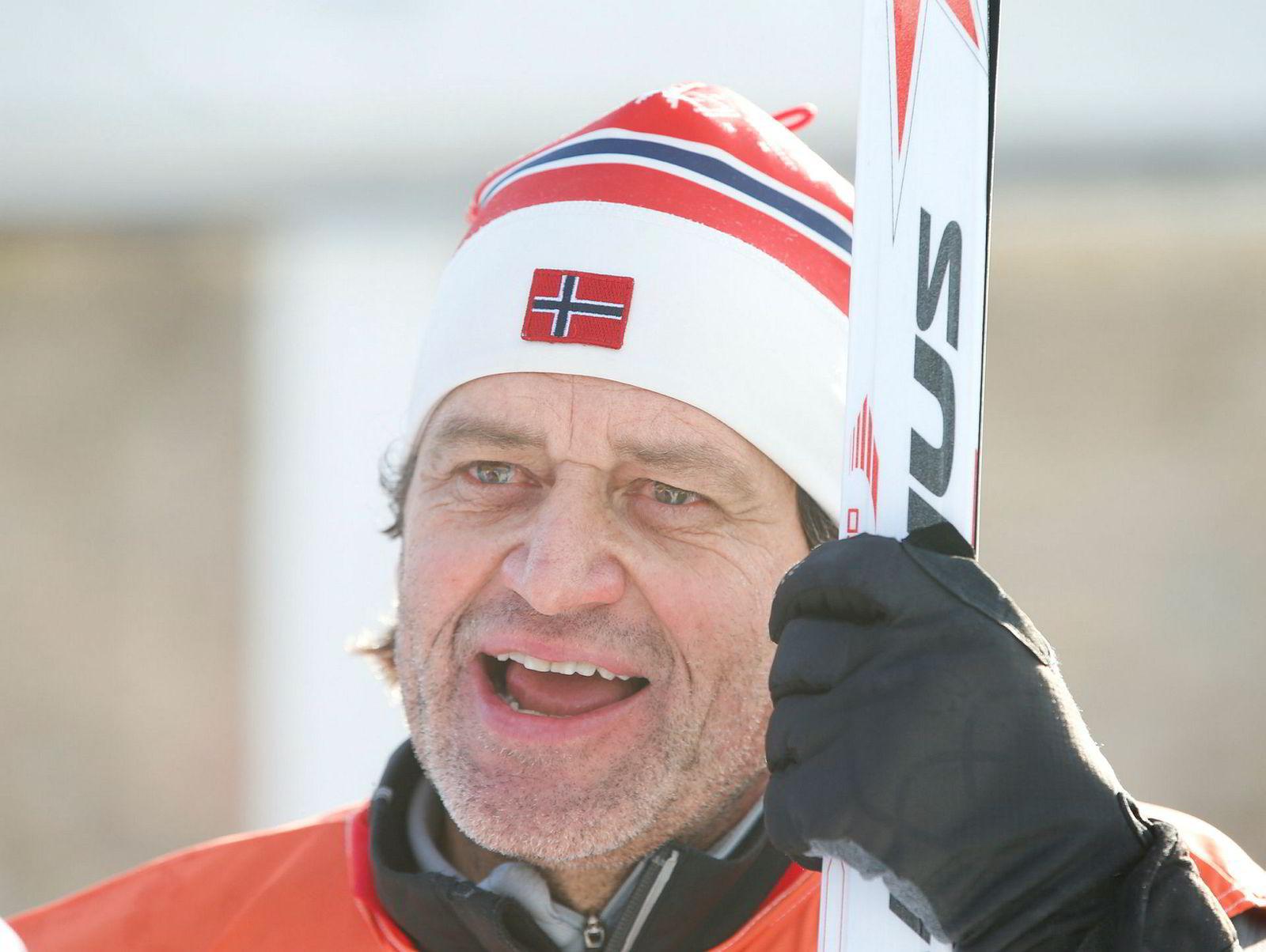 Langrennsekspert Torgeir Bjørn går mye på ski i løpet av sesongen og tøyer sesongen langt utover i mai. Her på jobb for NRK under Tour de Ski sist vinter.