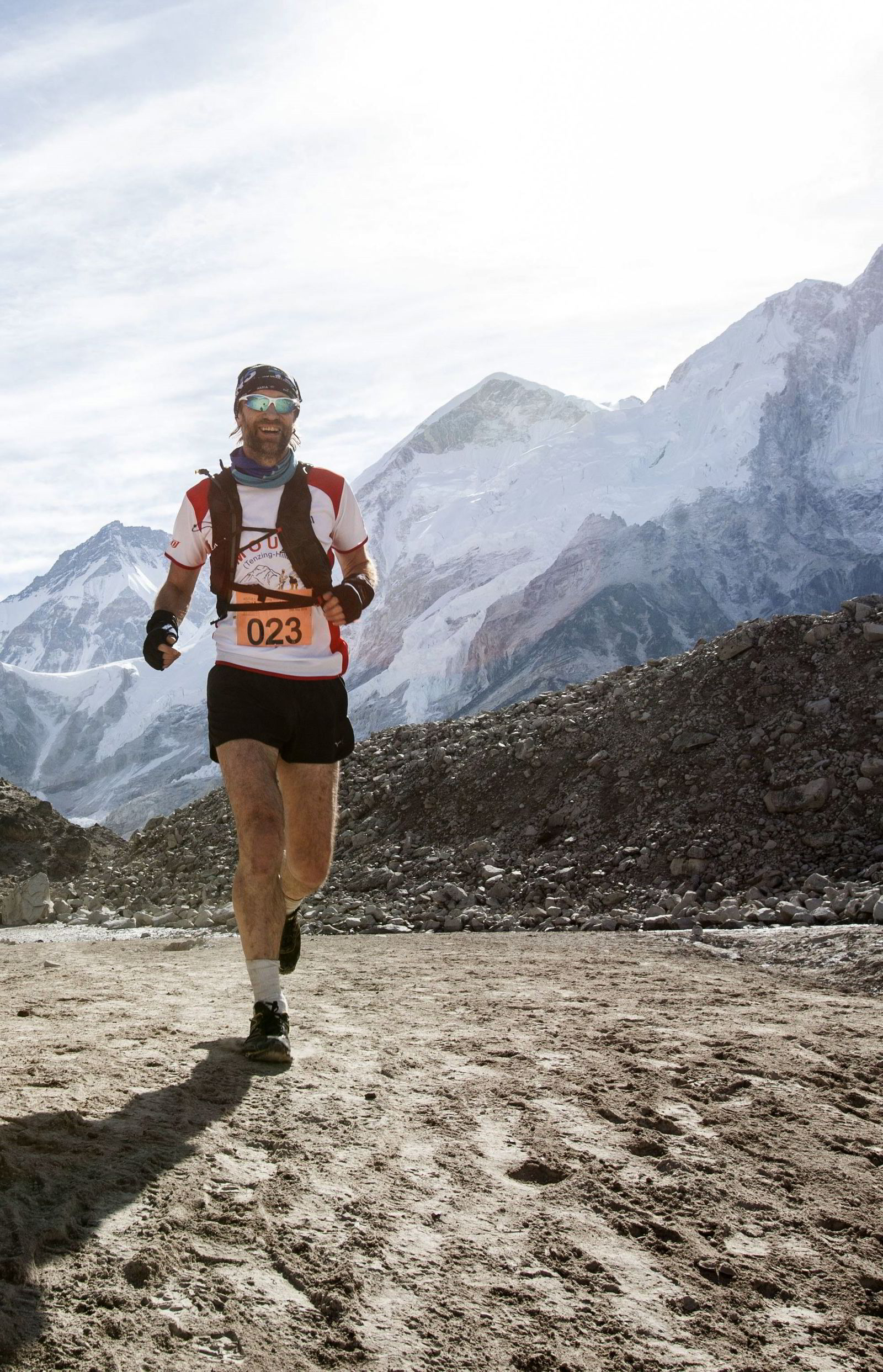 Jamie Ross Mackenzie i løypen som starter fra foten av  verdens høyeste fjell, under Everest Maraton. Det var bare starten på hans ekstremutfordring. Foto: Uma Bista/