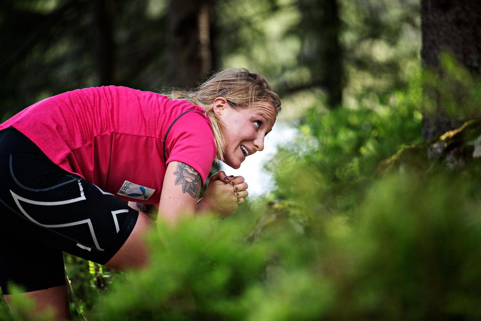 Lotte Sejerstedt er helt på grensen under de siste sekundene av lavgangen som avslutter en smertefull triatlon. Foto: Aleksander Nordahl