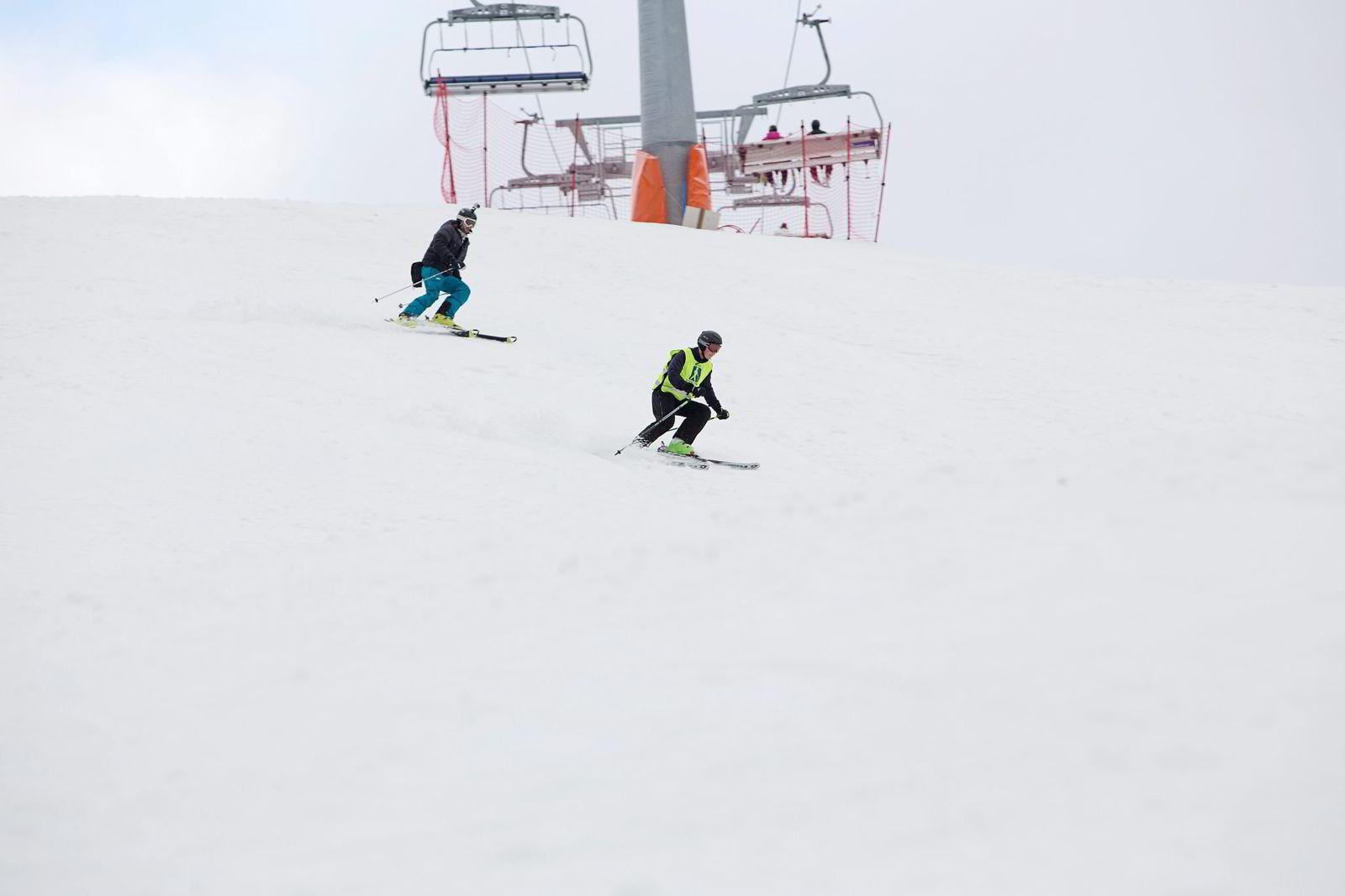 Erik Rosselands ledsager hjelper ham med svinger og heng, men resten må han selv føle. Lars Sunde Løseth er tidligere alpinist.