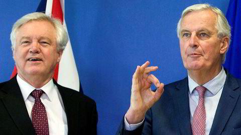 EUs sjefforhandler Michel Barnier (til høyre) foreslår en norsk lightløsning for Storbritannia. Her sammen med britenes brexitminister David Davis.