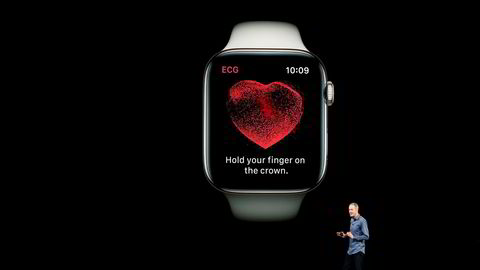 Jeff Williams demonstrerer ECG-funksjonen i Apple watch.