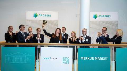 Gründer og vitenskapelig direktør Agnete Fredriksen i kreftvaksineselskapet Vaccibody ringer i bjellen i det selskapet ble notert på Merkur Market ved Oslo Børs onsdag.