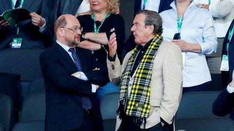 SPD-leder Martin Schulz (til venstre) og SPDs tidligere forbundskansler Gerhard Schröder på Olympiastadion i Berlin under den tyske cupfinalen i fotball i mai. (Eintracht Frankfurt–Borussia Dortmund 1–2).