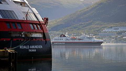 Sent i juli – etter utgangen av andre kvartal – rammet en smitteskandale på MS «Roald Amundsen» virksomheten til Hurtigruten. Her er både det skipet og «Spitsbergen» i Tromsø tidlig i august.