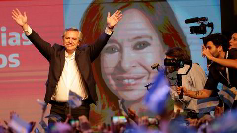 Alberto Fernández jubler etter at sittende president Mauricio Macri har erkjent valgnederlaget.