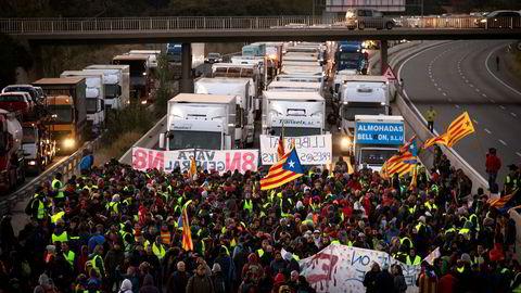 Demonstranter blokkerer en motorvei under protester i Borrassa, nær Girona, onsdag 8. november.
