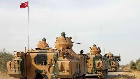 Tyrkiske soldater rykker her frem i pansrede beltevogner nord for byen Manbij i Syria. Det militære eventyret i Syria kan koste Tyrkia dyrt økonomisk.