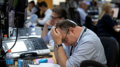 En megler fra et meglerhus i Sao Paulo i Brasil. Den toneangivende Bovespa-indeksen i det brasilianske aksjemarkedet falt 12 prosent mandag.