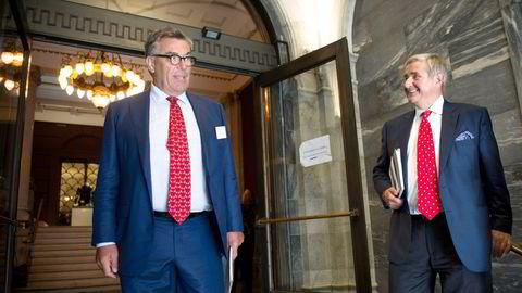 Stein Erik Hagen (til venstre) og familiens Canica selger alle sine aksjer i forbrukslånsbanken Komplett Bank til Christen Sveaas. Bildet er fra Eierskapskonferansen i 2016.