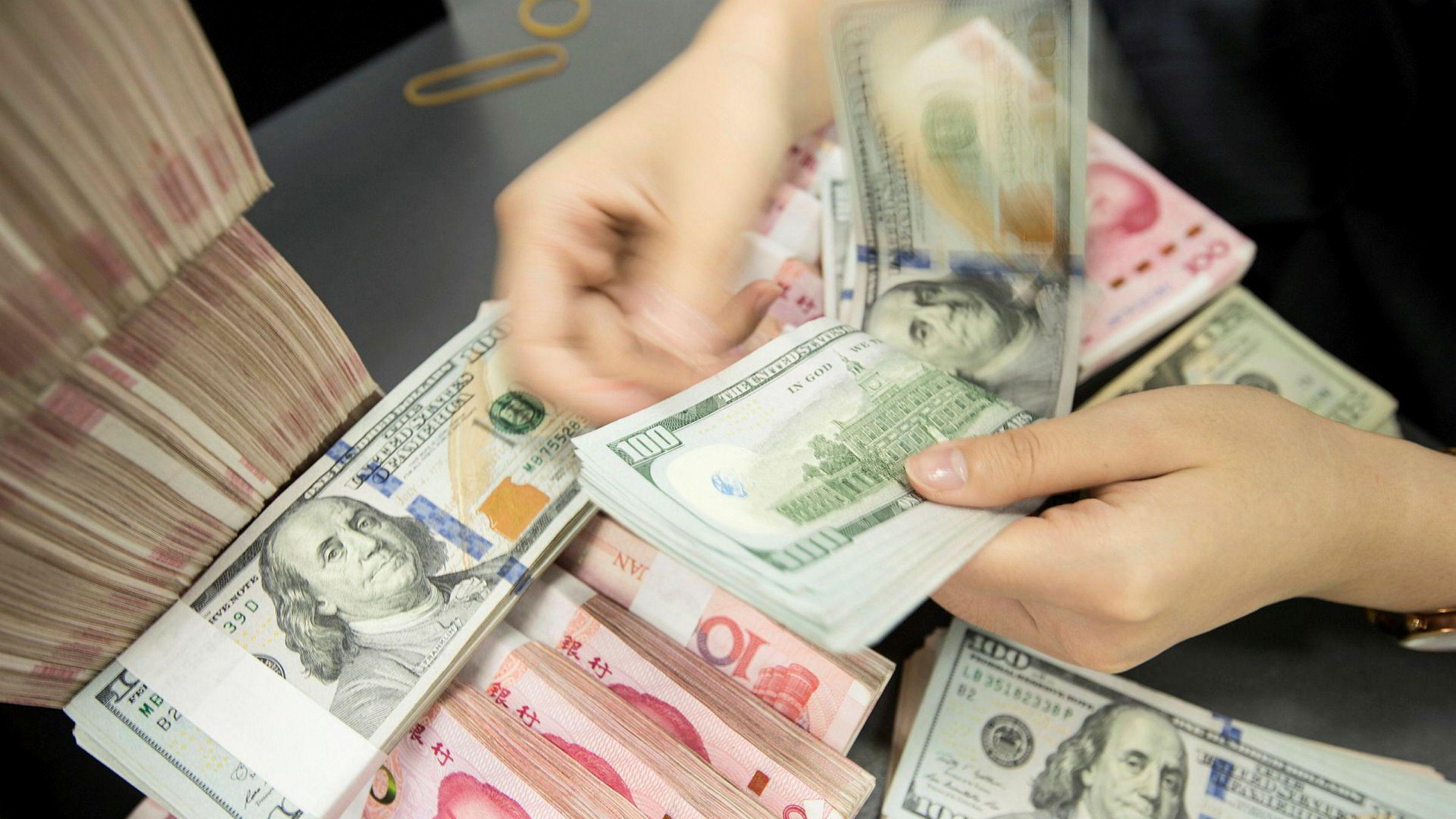 Etter at handelsforhandlingene brøt sammen i fjor sommer beskyldte Trump-administrasjonen Kina for å trikse med sin egen valuta for å styrke sin egen eksport. Nå fjernes Kina fra listen over land som manipulerer valutaen.