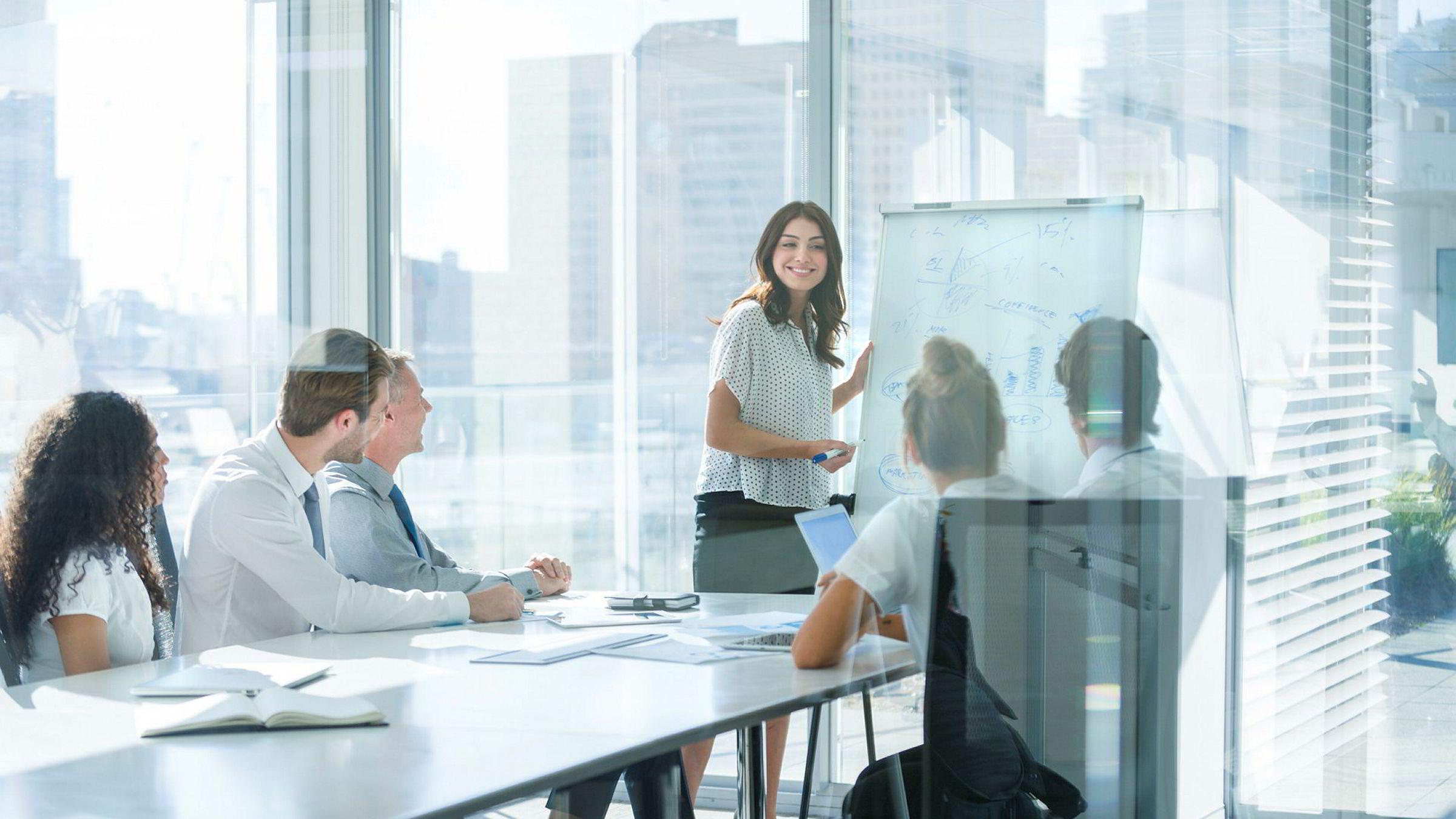 Ledelse er primært utøvelse av en profesjonell praksis. Kunnskap om det å lede er derfor ikke en størrelse som instrumentelt kan overføres til enkeltpersoner, men en erfarings- og situasjonsbasert aktivitet som utspiller seg i en gitt kontekst.