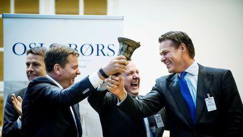 Borr Drilling-sjef Simon Johnson (i midten) deler bjelleringejobben under børsnoteringen med driftsdirektør Svend Anton Maier og finansdirektør Rune Magnus Lundetræ (til høyre). Alle har Seadrill-bakgrunn.