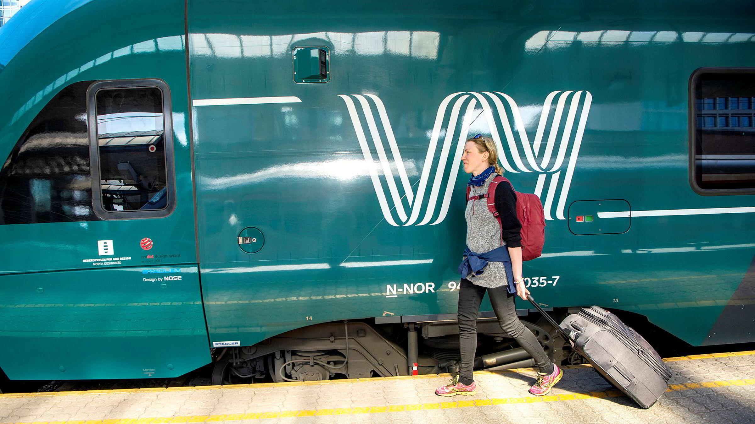 Student Torhild Larsen Nygård (30) merker ikke så stor forskjell på Vy etter navneendringen. Hun mener togene for ofte er forsinket.