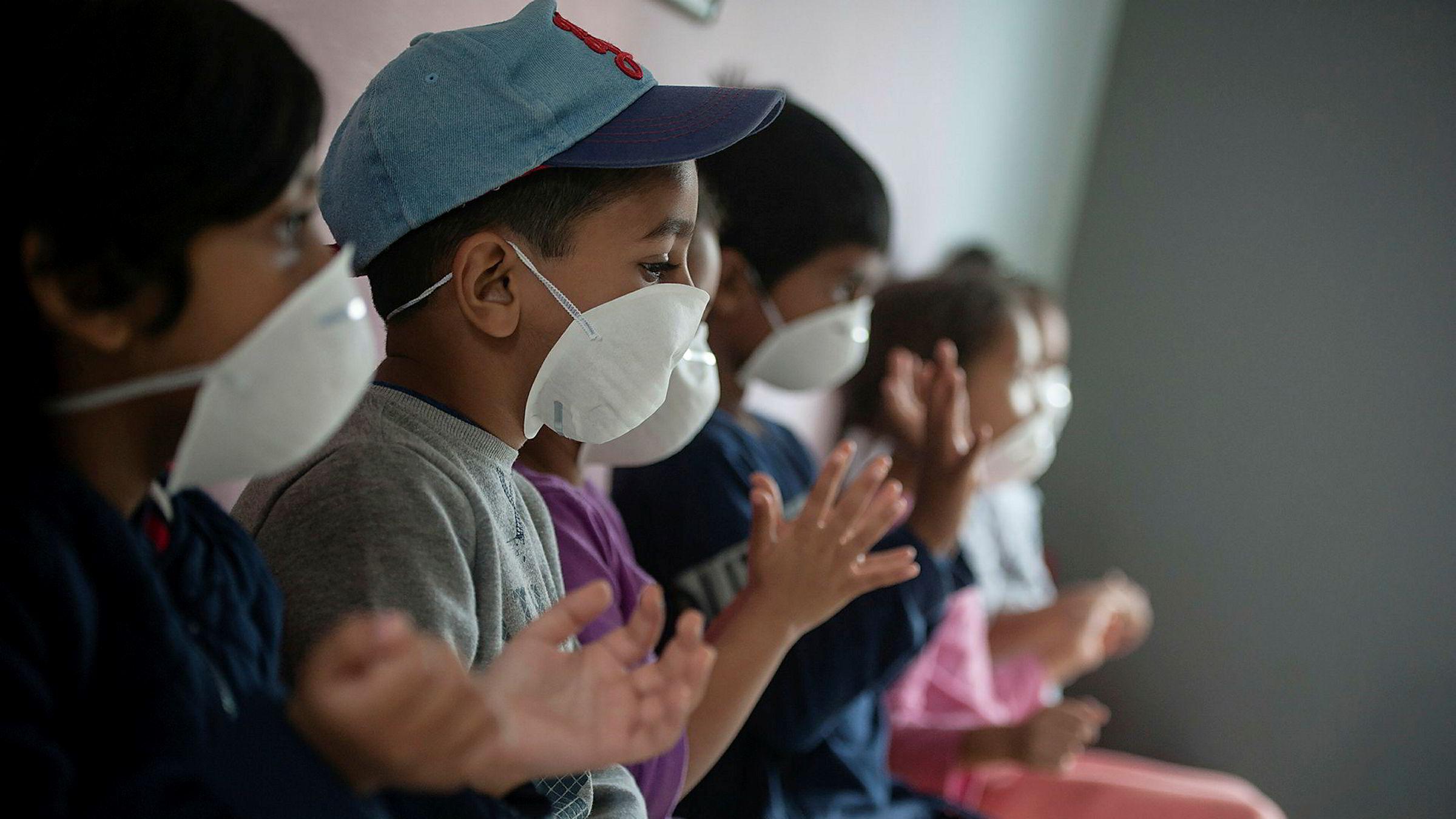 Mange barn sør for Sahara har fra før mistet foreldrene sine i aidsepidemien og bor hos besteforeldre. Eldre rammes hardest av koronaviruset og barna kan derfor bli stående uten omsorg. Bildet viser barn på en skole i Sør-Afrika.