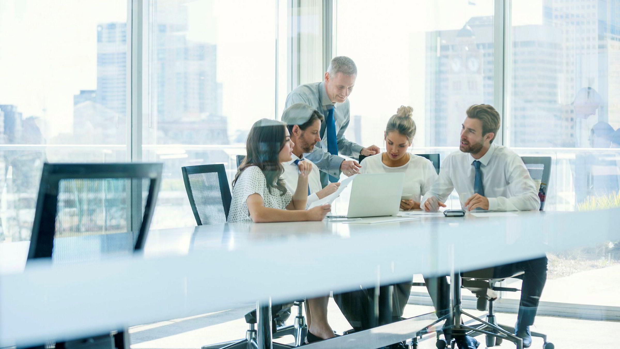 Mellomledere har den utakknemlige rollen å være i skvis mellom toppledelsen og egne ansatte. De skal så godt de kan balansere mellom det å effektuere toppledelsens mer eller mindre gjennomtenkte bestillinger med det å ivareta ansattes behov, skriver Christine Meyer.