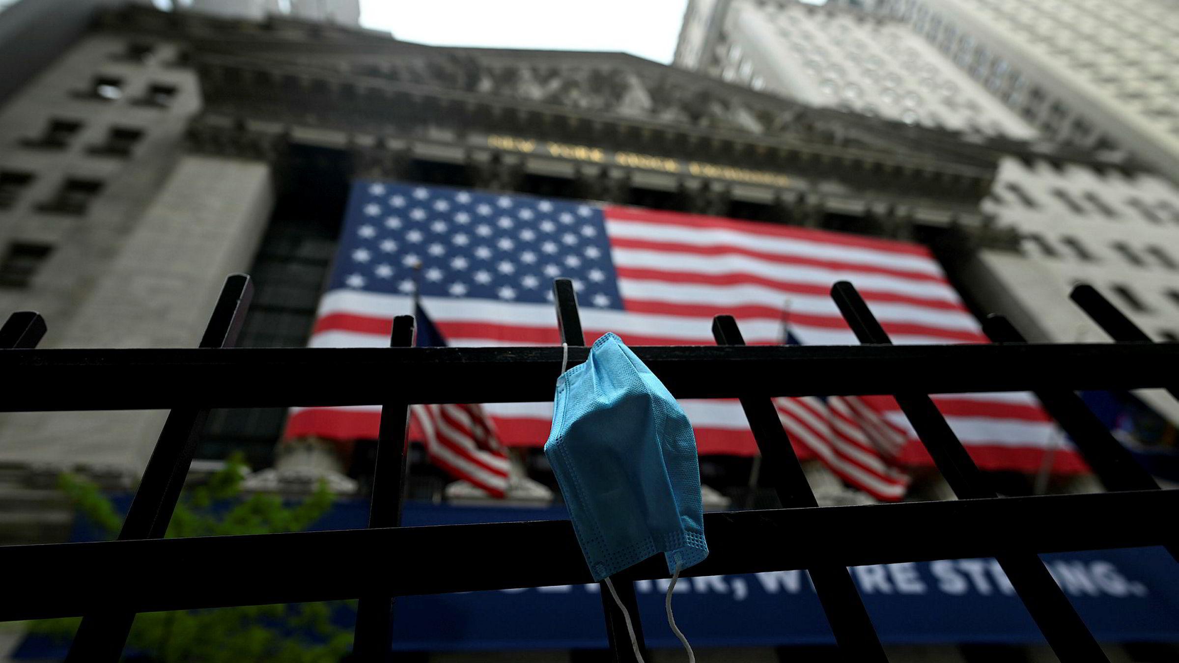 Flere strateger og analytikere i USA ser tegn på en bevegelse i markedet der kapitalforvaltere kan flytte verdier fra aksjer til obligasjoner.