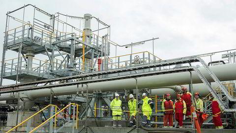 De store kostnadsoverskridelsene knyttet til Mongstad-prosjektet utgjorde en viktig erfaring for staten som eier i Statoil (nå Equinor), skriver artikkelforfatterne. Her er anlegget der oljen fra Johan Sverdrup-feltet ankommer i rør til Mongstad.