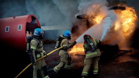 Røykdykkere er med på å slukke en overtent flymotor i en brannøvelse ved Oslo lufthavn i 2012.