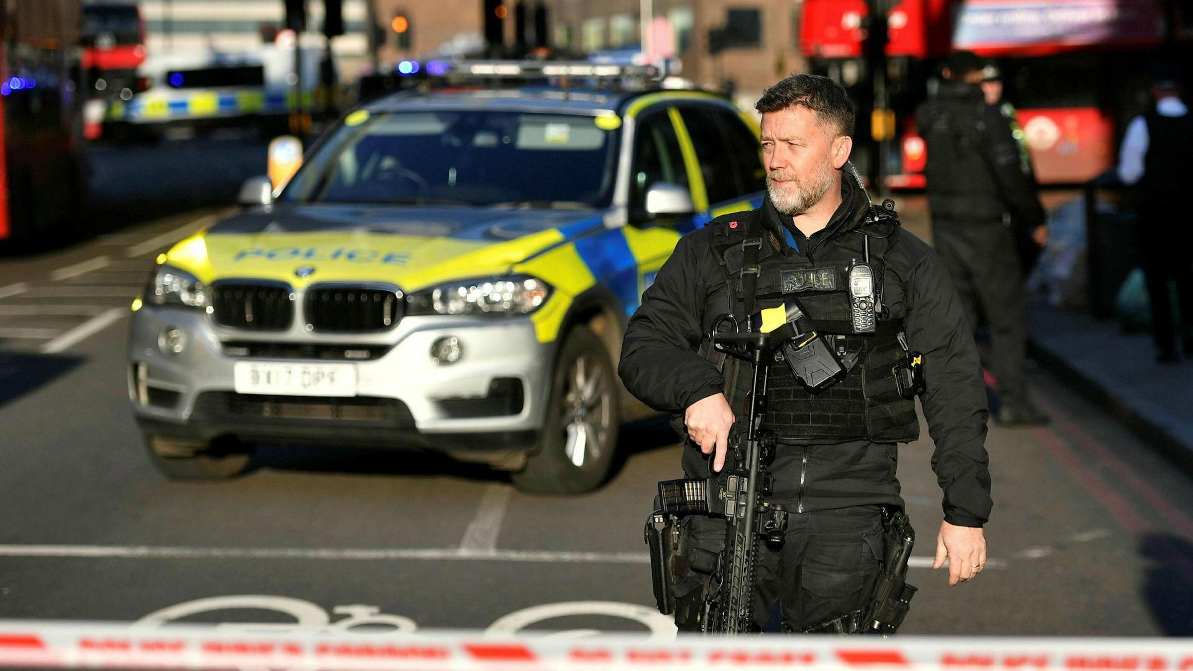 Politiet har stengt av London Bridge etter meldinger om skyting.