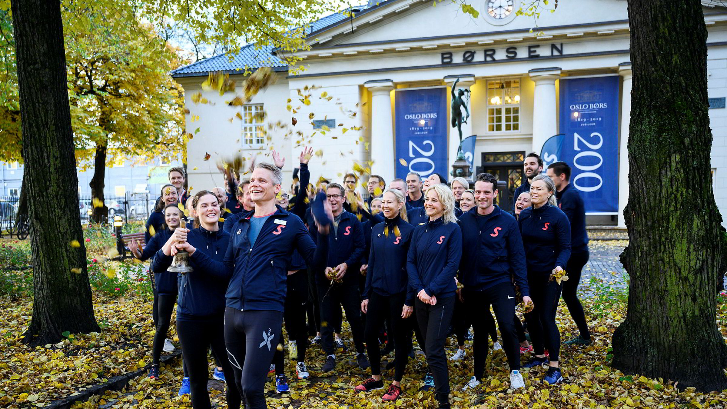 Administrerende direktør Sondre Gravir og finansdirektør Cecilie Elde i Sats kommer løpende inn mot Oslo Børs og til selskapets børsnotering onsdag. De har alle løpt fra Sats-kontoret i Nydalen, Oslo, cirka 6 kilometer unna.