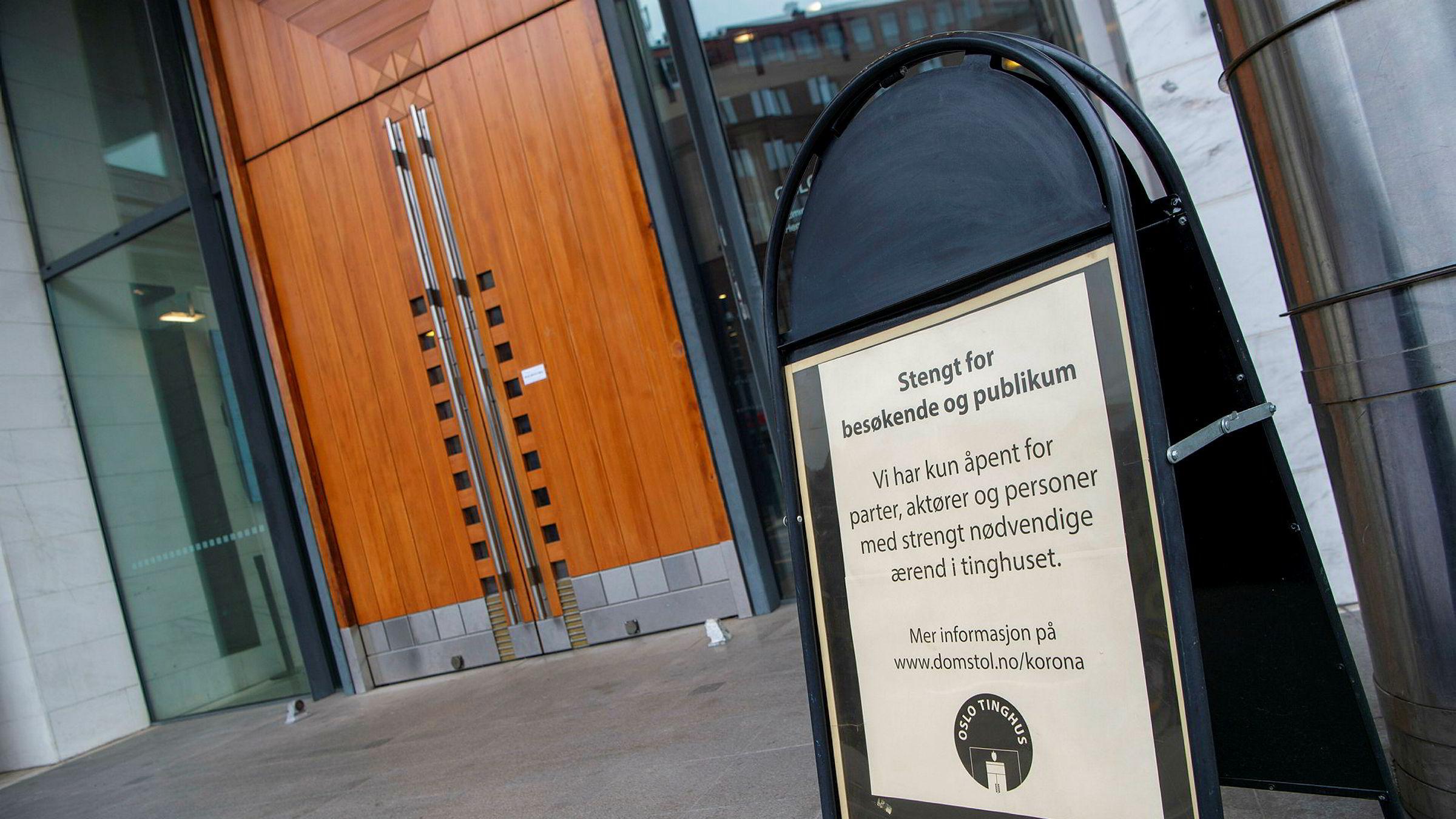 Skiltet utenfor Oslo tinghus taler sin tydelige sak om hvordan koronakrisen påvirker domstolene. Foto Elin Høyland.